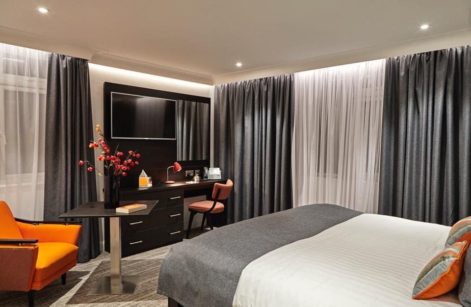 Rèm vải Sơn Quỳnh cho không gian khách sạn thêm trẻ trung và sang trọng.